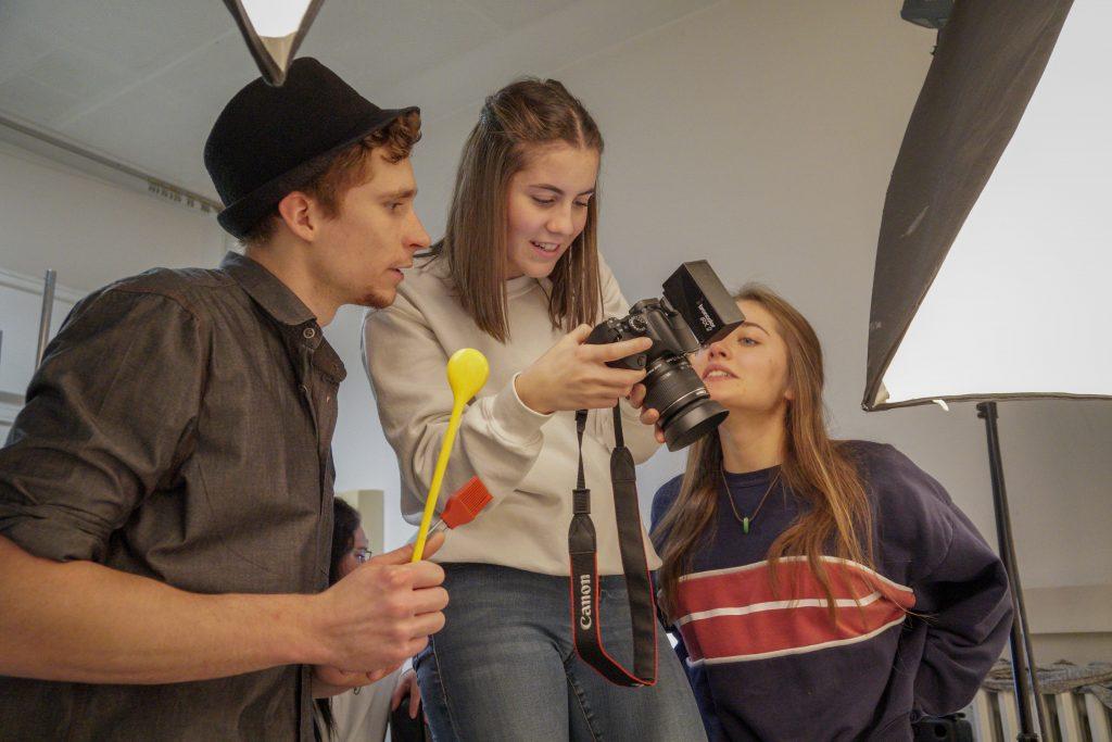 Er hat den Löffel nicht abgegeben! Die Schülerinnen und Schüler des 3BKGD2, die die Bilder auswerten.