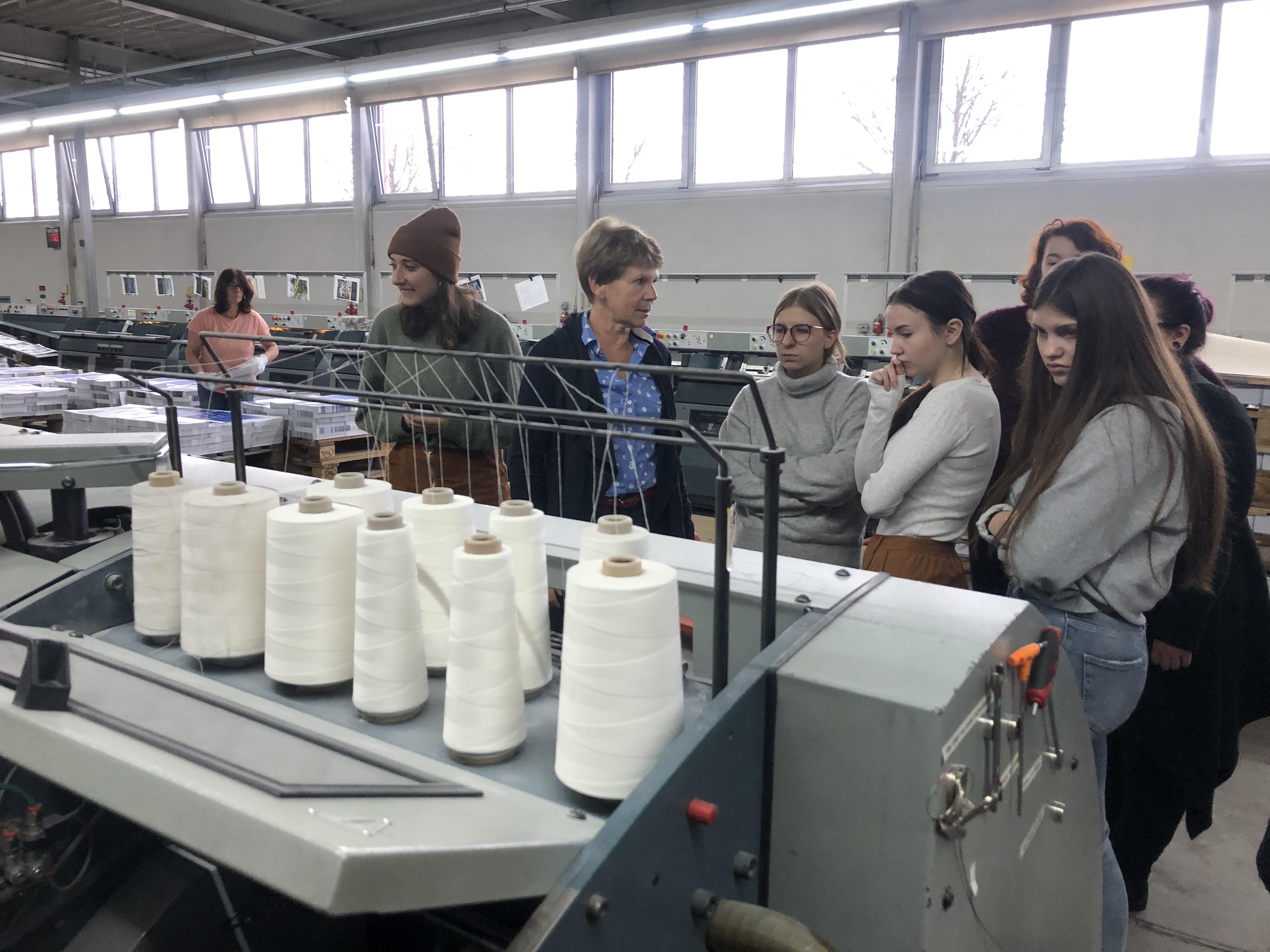 Frau Spinner erklärt Details während der Exkursion Buchbinderei Spinner 2019